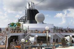 De passagiers genieten op zee van een dag op het hoogste dek van cruiseschip Stock Fotografie