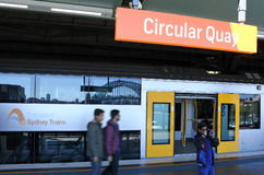 De passagiers krijgen van Sydney Trains bij Cirkelkadepost in Syd Stock Afbeeldingen