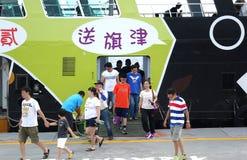 De passagiers ontschepen van de Nieuwe Veerboot Stock Foto's