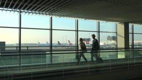 De passagiers op travelator in de Schiphol luchthaven Amsterdam stock video