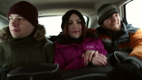 De passagiers reizen in de auto stock video