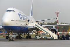 De passagiers schepen de vliegtuigen Boeing 747 in Transaero-luchtvaartlijnen royalty-vrije stock afbeeldingen