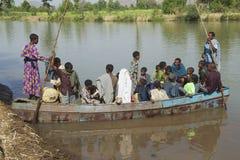 De passagiers schepen lokale veerboot in om de Blauwe rivier van Nijl in Bahir Dar, Ethiopië te kruisen Stock Afbeelding
