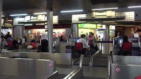 De passagiers schrijven zich voor de tijdspanne van de vluchttijd in stock footage