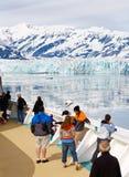 De Passagiers van de Cruise van Alaska bij Gletsjer Hubbard royalty-vrije stock afbeelding