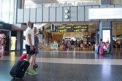De passagiers van de luchtvaartlijn in de luchthaven Stock Afbeelding