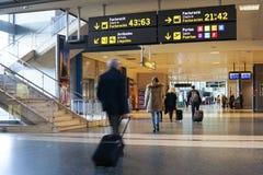 De passagiers van de luchtvaartlijn in de luchthaven Royalty-vrije Stock Afbeelding