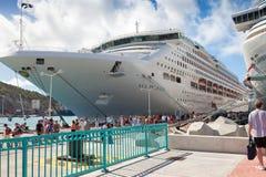 De Passagiers van het Schip van de cruise op Dok Stock Afbeeldingen