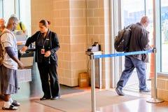 De passagiers vormden in lijn voor het inschepen bij vertrekpoort een rij Stock Afbeelding