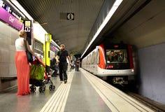De passagiers wachten op de trein Royalty-vrije Stock Afbeeldingen