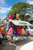 De passagiers zitten boven op een overbelastingsvoertuig in Neak Leung, Kambodja Royalty-vrije Stock Fotografie