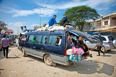 De passagiers zitten boven op een overbelastingsvoertuig in Neak Leung, Kambodja Stock Afbeelding