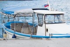 De passagiersboot is bij de pijler Royalty-vrije Stock Foto