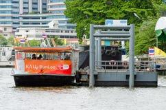 De passagiersboot wordt gedokt bij de pijler Stock Foto