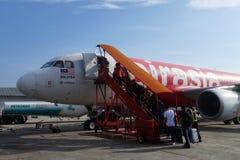 De passagiersgang naar AirAsia-vloot en wordt klaar aan vlucht bij S royalty-vrije stock fotografie