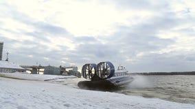 De passagiershovercraft vertrekt van de kust stock video