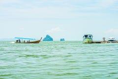 De passagiersmotorboten voor toerist in de baai van Phang Nga Royalty-vrije Stock Afbeeldingen