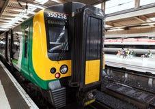 De passagierstrein bevindt zich dichtbij platform van Euston stock foto's