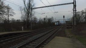De passagierstrein komt aan de post aan stock videobeelden