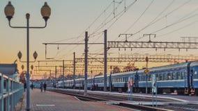 De passagierstrein komt bij station en vertrek aan, timelapse spoorweg stock video