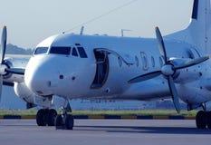 De passagiersvliegtuig van de propeller op baan Stock Fotografie
