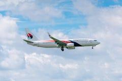 De passagiersvliegtuigen Boeing 737 van Malaysia Airlines-vlieg in hemel treffen aan het landen in Tan Son Nhat International Air stock afbeelding