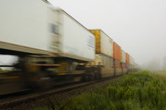 De Passen van de goederentrein langs in Mist Royalty-vrije Stock Foto