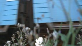 De passen van de passagierstrein door een camera Wielen van de trein die zich langs de sporenclose-up bewegen Close-up dat van ee stock footage