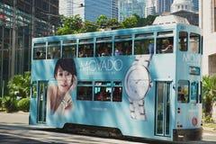 De passen van de dubbeldekkertram door de straat in Hong Kong, China royalty-vrije stock afbeeldingen