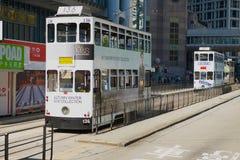 De passen van de dubbeldekkertram door de straat in Hong Kong, China stock foto
