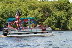 De passen van het rivierponton langs in vierde van Juli-parade Eau Claire Wisconsin Stock Foto