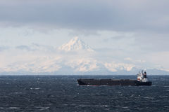 De passen van het schip door Unimak Island in Aleutians royalty-vrije stock foto's