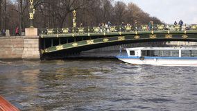 De passen van de hoge snelheidsboot onder de boog van een mooie brug stock footage
