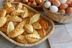 De pastei is eigengemaakt, en voedsel op de lijst stock afbeelding