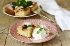 De pastei met pruimen en perziken, met een de bal en de citroenbalsem worden gediend die van het vanilleroomijs gaat weg royalty-vrije stock afbeeldingen