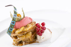 De pastei van de banaanvla met bessen en chocoladesaus Stock Foto