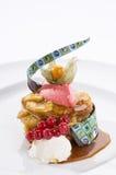 De pastei van de banaanvla met bessen en chocoladesaus Royalty-vrije Stock Foto's