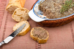 De pastei van de kippenlever op brood Stock Afbeeldingen