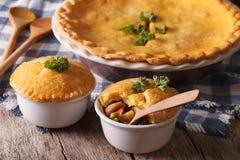 De pastei van de kippenpot met groentenclose-up horizontaal Stock Foto
