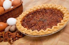 De pastei van de pecannoot met ingrediënten op een scherpe raad Royalty-vrije Stock Foto