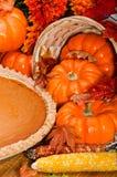 De pastei van de pompoen met de herfstbladeren en pompoenen. Royalty-vrije Stock Afbeelding