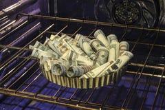 De pastei van het bakselgeld in oven stock fotografie