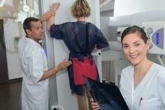 De patiënt bevond zich hebbend rechtop röntgenstraal royalty-vrije stock afbeeldingen