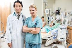 De Patiënt die van verpleegstersand doctor with binnen rusten stock foto