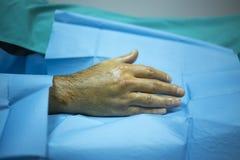 De patiënt dient het ziekenhuiskliniek na injectie van PRP in stock fotografie