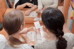 De patiënt en de arts overwegen oefeningen voor de geluiden van woorden, op de kaarten stock fotografie