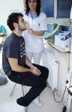 De patiënt inhaleert Stock Afbeeldingen