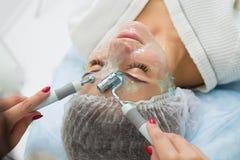 De patiënt ontvangt procedure Darsonvald Zijn gezicht is gesmeerd met gel royalty-vrije stock afbeeldingen