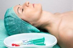 De patiënt trof voor anesthesieinductie voorbereidingen Stock Afbeeldingen