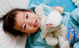 De patiënt van de jongen in het ziekenhuis Royalty-vrije Stock Afbeeldingen